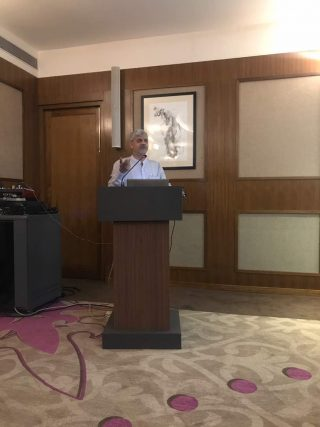 Dr-Dhananjay-Gupta-giving-presentation-on-tkr