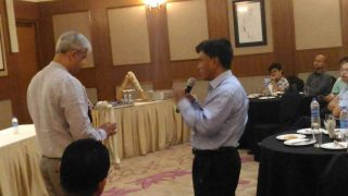 Dr. Dhananjay Gupa-discussing-about-tkr